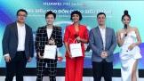 Cùng Ngô Kiến Huy và HH H'Hen Niê đón nhận Huawei P30 series trong ngày mở bán