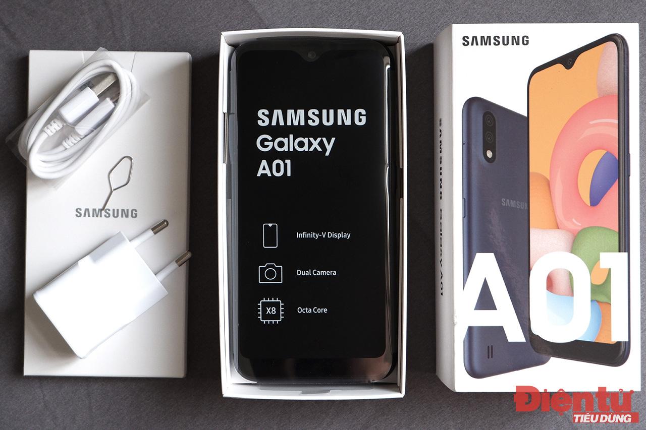 """Bên trong chiếc điện thoại rẻ nhất trong """"gia tộc"""" Galaxy có gì?"""