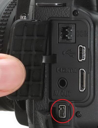 Khe cắm cable tín hiệu kết nối GPS trền thân máy Nikon D90.