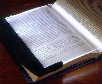 Light wedge chỉ chiếu sáng lền trang sách cần đọc. Ảnh: Light wedge