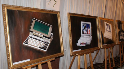 Lịch sử 25 năm laptop Toshiba được tái hiện theo phong cách phòng tranh
