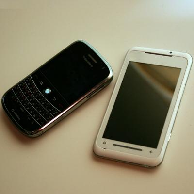 Bền cạnh BlackBerry Bold. Ảnh: New Technology