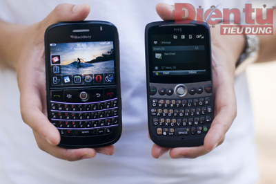 BlackBerry Bold (Trái) - HTC Snap (Phải)