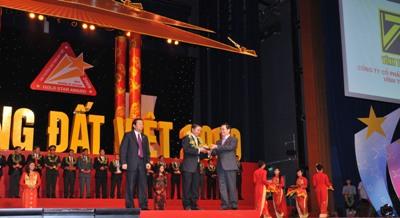 Đại diện Vĩnh Tường nhận giải SVĐV 2009
