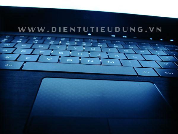 Cận cảnh touchpad đa điểm và bàn phím