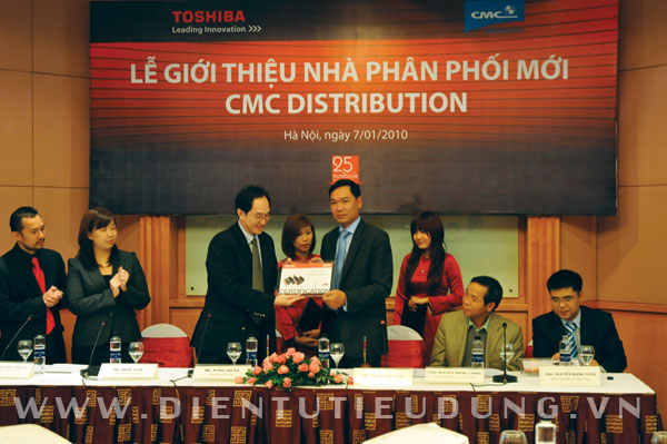Đại diện Toshiba trao giấy chứng nhận cho đại diện Công ty CMC
