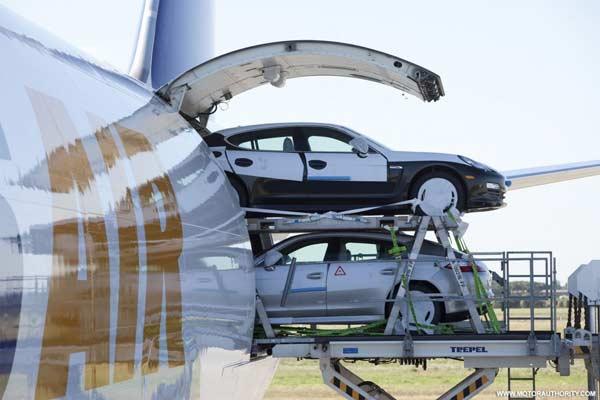 Chuyển xe ra khỏi khoang hàng trền máy bay