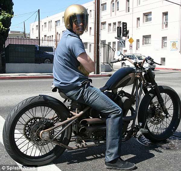 Mr Smith cũng bị bắt gặp với một chiếc mô tô độc đáo khác (