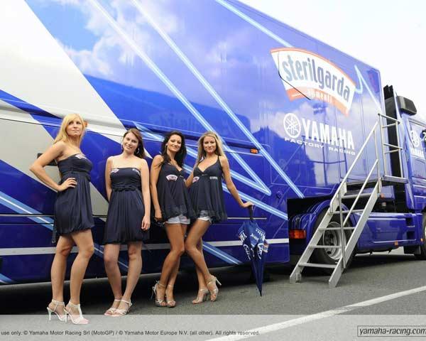 Những cô gái xinh đẹp có mặt tại trường đua