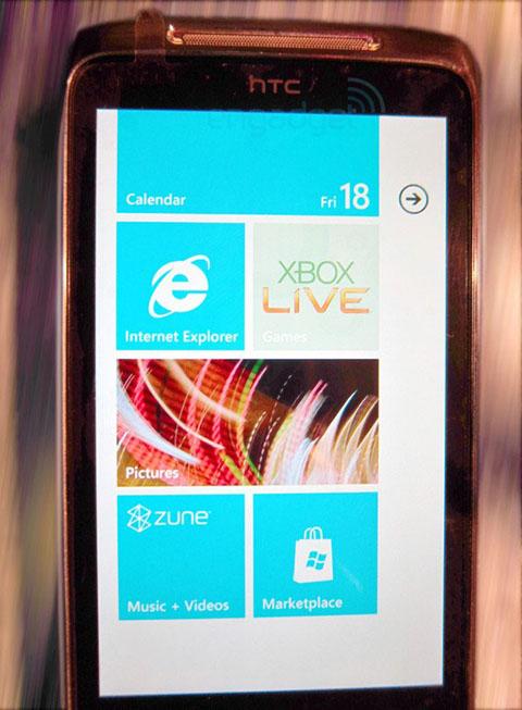 Hình ảnh chiếc điện thoại Windows Phone 7 đầu tiền.
