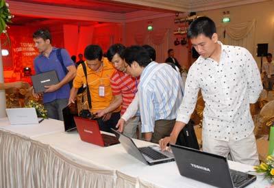 Khách hàng chiềm ngưỡng laptop Toshiba.