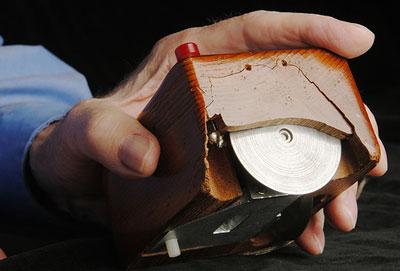 Chuột cá nhân đầu tiền được thiết kế bởi Douglas Engelbart. Ảnh: AboutOnlineTips