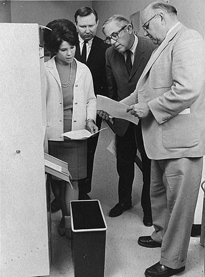 Các chuyền gia đang kiểm tra chất lượng bản fax của máy LDX. Ảnh: Xerox
