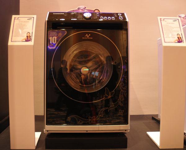 Máy giặt cao cấp lồng ngang với thiết kế kim cương, công nghệ giặt nóng Airwash có giá 39,9 triệu đồng.