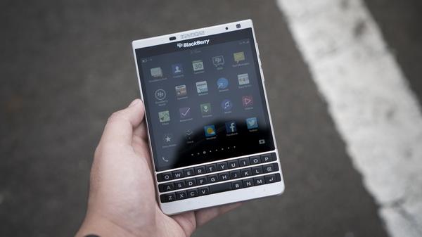 Cận cảnh Blackberry Passport phiền bản bạc