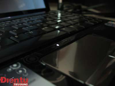 Touchpad phủ kim loại sáng bóng. Ảnh: Mạnh Đào