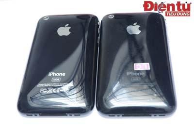 Phía sau iPhone 3GS (trái) được khắc thiếc toàn bộ phần chữ, chứ không khắc mờ như iPhone 3G